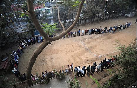 Men wait to vote in Dhaka