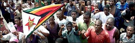 Zimbabweans chant slogans praising Mr Mugabe