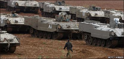 Soldado israelí camina entre tanques colocados en la frontera con Gaza