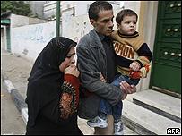 Familia palestina abandona su hogar tras un ataque israel�