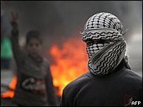 J�venes protestan contra las fuerzas israel�es en Hebr�n, Cisjordania