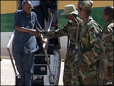 Abdullahi Yusuf arriving in Puntland and being greeted by soldiers