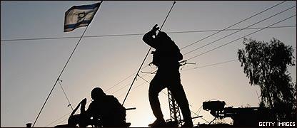 Siluetas de soldados israel�es y la bandera