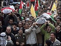 Palestinos en funeral en Cisjordania