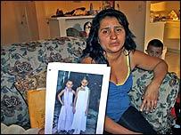 Leticia González con una foto de sus hijas (Foto: www.elsalvador.com)