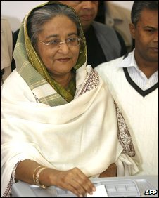 Sheikh Hasina casts her vote at a Dhaka polling booth, 29 December 2008
