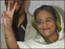 Sheikh Hasina gives a victory sign after casting her vote in Dhaka, Bangladesh, 29 December 2008
