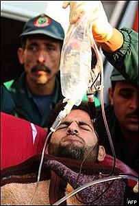 Un palestino herido es atendido en Gaza