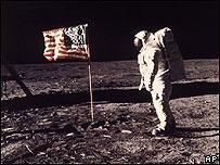 Uno de los astronautas de la misión Apolo 11 de 1969 en la Luna