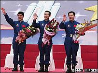 De izquierda a derecha, Liu Boming, Zhai Zhigang y Jing Haipeng, astronautas chinos