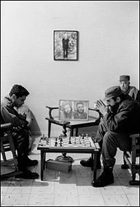 Partida de ajedrez, La Habana, 1960. Foto: Korda. (Cortesía Casa de América y La Fábrica)