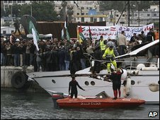 Crowds greet the Dignity in Tyre port, Lebanon (30/12/2008)