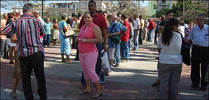 Cola frente al consulado español de La Habana.