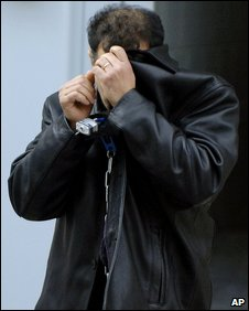 Mouyad Mahmoud Darwish hides his face outside the court in Buffalo (30 December 2008)