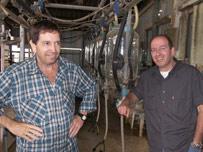 En la comunidad agrícola Kfar Warburg, Pinjas Fridman, con su hermano.
