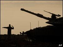 Un tanque y un soldado israelí.