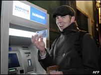 Un eslovaco saca euros de un cajero automático.