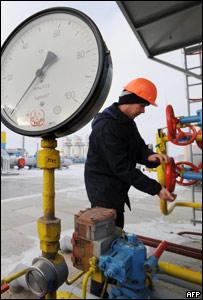 Un hombre trabaja en Gazprom.