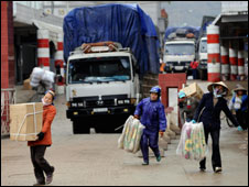 Vietnamese carry goods through border, Jan 08