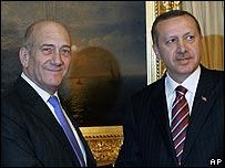 Recep Tayyip Erdogan, primer ministro de Turquía, y el primer ministro de Israel, Ehud Olmert.