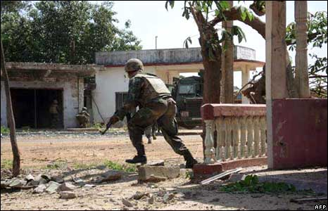 Troops enter Paranthan on 1 January 2009 (Sri Lankan Defence Ministry handout)