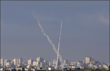 Smoke trail from rockets fired by Palestinian militants from the northern Gaza Strip towards Israel (02/01/2009)