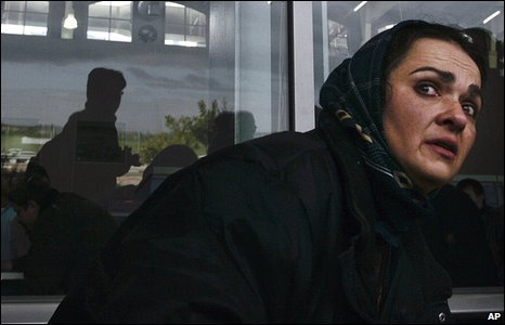 Isil Zakout from Turkey reacts as she and Palestinian holders of foreign passports arrive on the Israeli side of the Erez crossing, after leaving the Gaza Strip (02/01/2009)