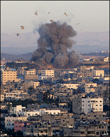 An explosion caused by an Israeli airstrike in the northern Gaza Strip (3 January 2009)