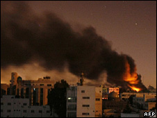 Building on fire in Gaza City following air strike (3 January 2009)