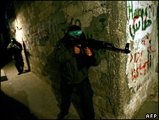 Hamas fighters take part in a night-time training exercise in Gaza (17 December 2008)