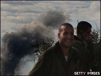 Soldado israelí sonríe luego de una explosión en Gaza