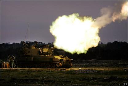 Un veh�culo de artiller�a dispara hacia el sur de la Franja de Gaza
