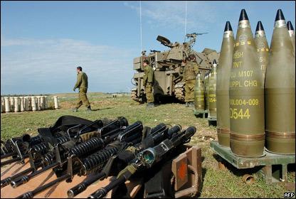 Soldados israel�es permanecen cerca de proyectiles ubicados en la frontera israel� con Gaza