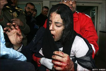 Una joven palestina es trasladada a un hospital en Gaza
