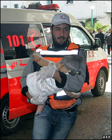 An injured Palestinian child is rushed to a hospital in Gaza City (4 January 2009)