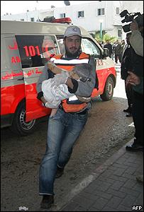 Personal asistencial traslada a una niña a un hospital de la Franja de Gaza