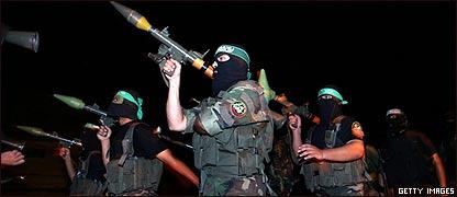 Miembros de las Brigadas Izz al-Din Qassam entrenando
