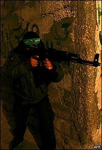 Miembro de las Brigadas Izz al-Din Qassam entrenando