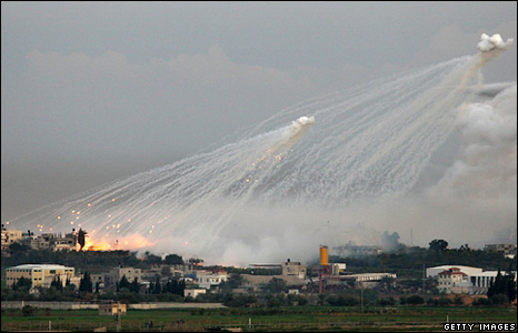 An Israeli shell explodes over the Gaza Strip (4 January 2009)