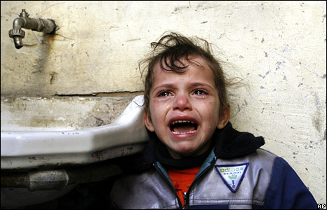 A Palestinian child cries during a funeral in the Gaza Strip (4 January 2009)