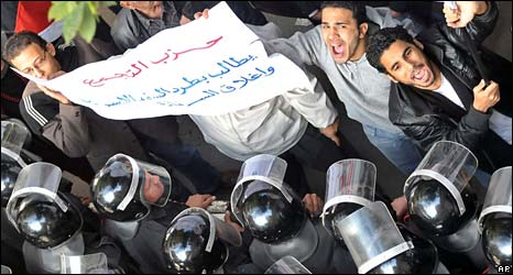 Egyptian activists confront police during a protest in Cairo on 31 December 2008