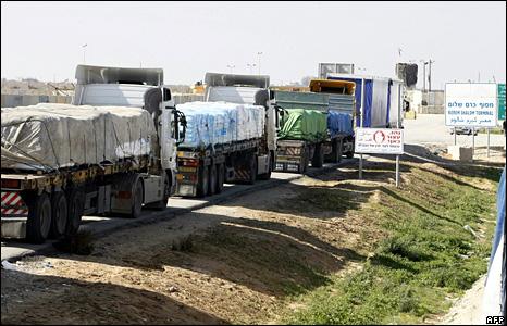 A convoy of trucks queues at the Kerem Shalom crossing