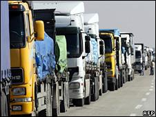 Aid lorries wait at the Kerem Shalom crossing into Gaza (5 January 2009)