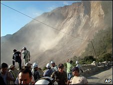 Emergency workers at the scene of a landslide near the village of Aquil Grande in northern Guatemala (05/01/2009)