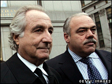 Bernard Madoff (left) leaves a court in New York (5 January 2009)