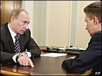 Премьер-министр России Владимир Путин и глава 'Газпрома' Алексей Миллер (5 января)