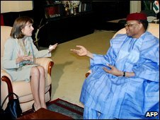 Anne Lauvergeon, boss of Areva, with Niger's President Mamadou Tandja on 19 December