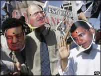Manifestantes en Indonesia con una m�scara de Obama.