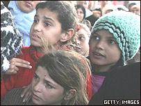 Niños haciendo fila para recibir pan en Gaza