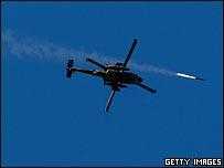 مروحية إسرائيلية تطلق صاروخا